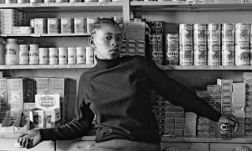 © David GoldblattDavid Goldblatt - Shop Assistant, Orlando West, Soweto (1972) Courtesy Galerie Marian Goodman, Paris