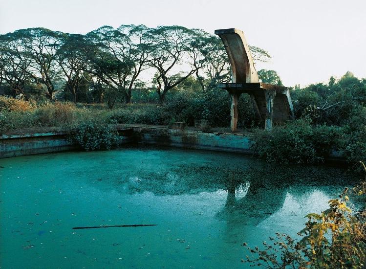 Copyright: Françoise Huguier, La piscine de la plantation d'hévéas de Chup, où a eu lieu l'attaque du commando Viêt Minh contre les planteurs en 1950 , 2004 © Françoise Huguier. Collection Maison Européenne de la Photographie, Paris.