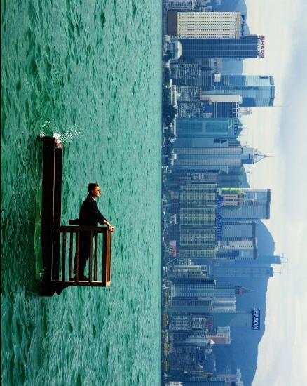 Philippe Ramette, Balcon II (Hong Kong) , 2001, Photographie Marc Domage © Philippe Ramette, ADAGP, 2018. Collection Maison Européenne de la Photographie, Paris. Courtesy Galerie Xippas.