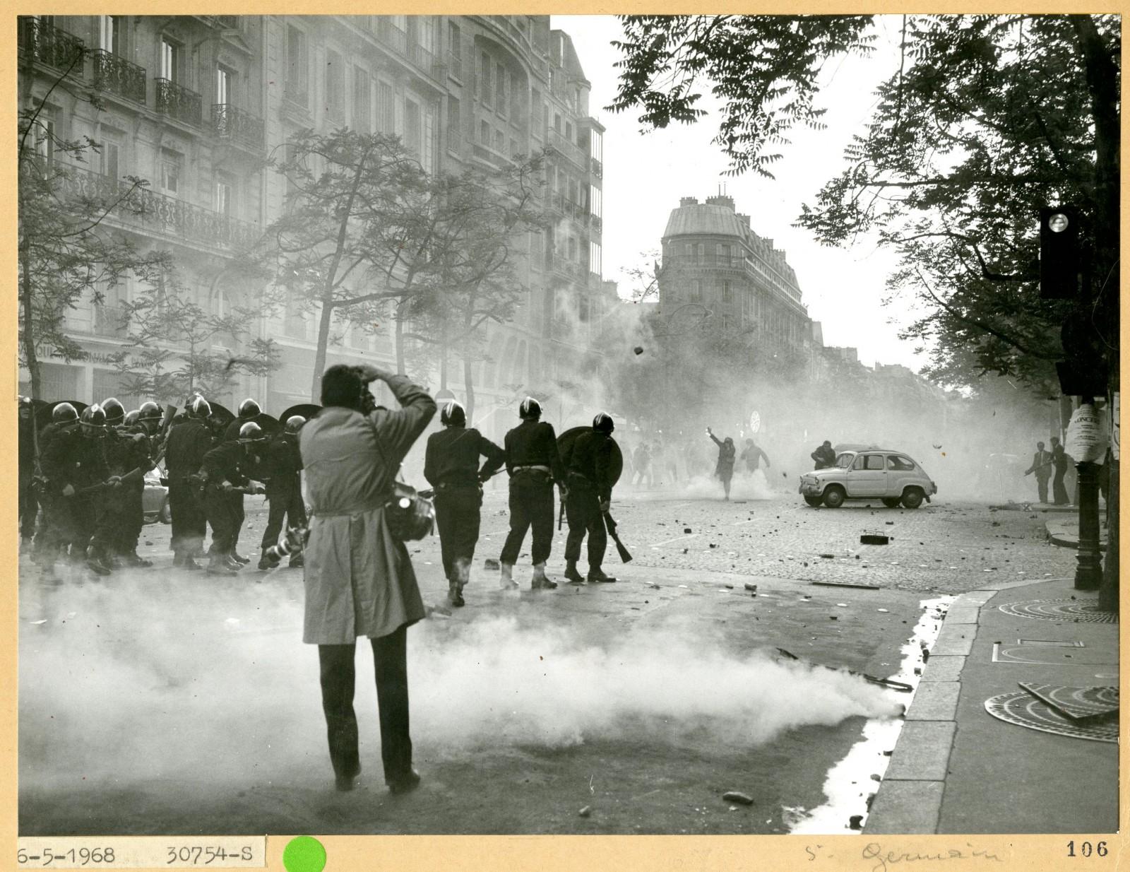 Manifestation du 6 mai 1968. Reportages sur les barricades construites par les étudiants