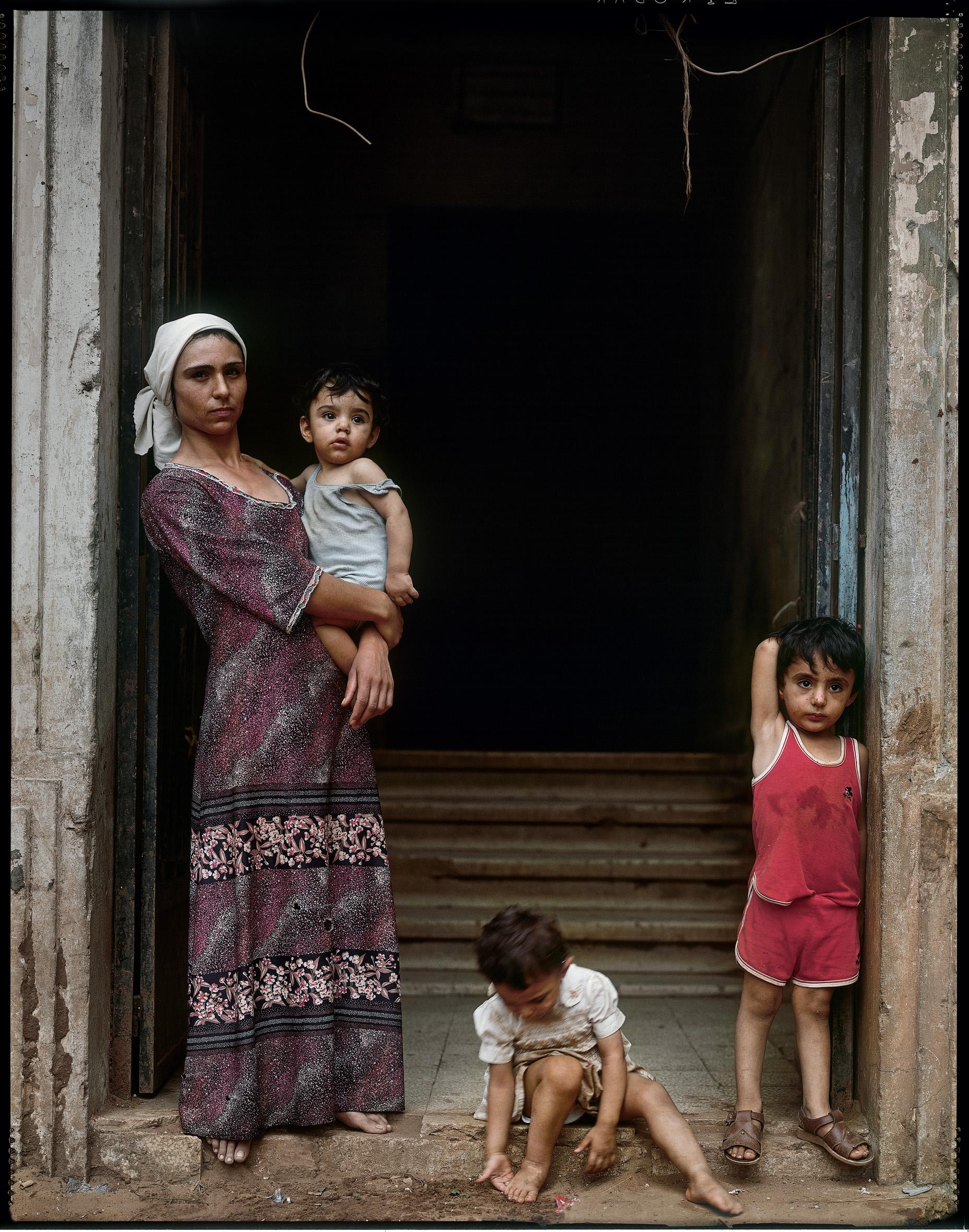 Yan Morvan.  Le quartier des grands hôtels a été le théâtre de violents affrontements pendant la guerre de 1975-1976 entre Palestiniens et chrétiens. C'est aujourd'hui encore une ligne de démarcation entre musulmans chiites, Druzes et chrétiens. Quelques familles sans ressources ont été relogées dans ce secteur.