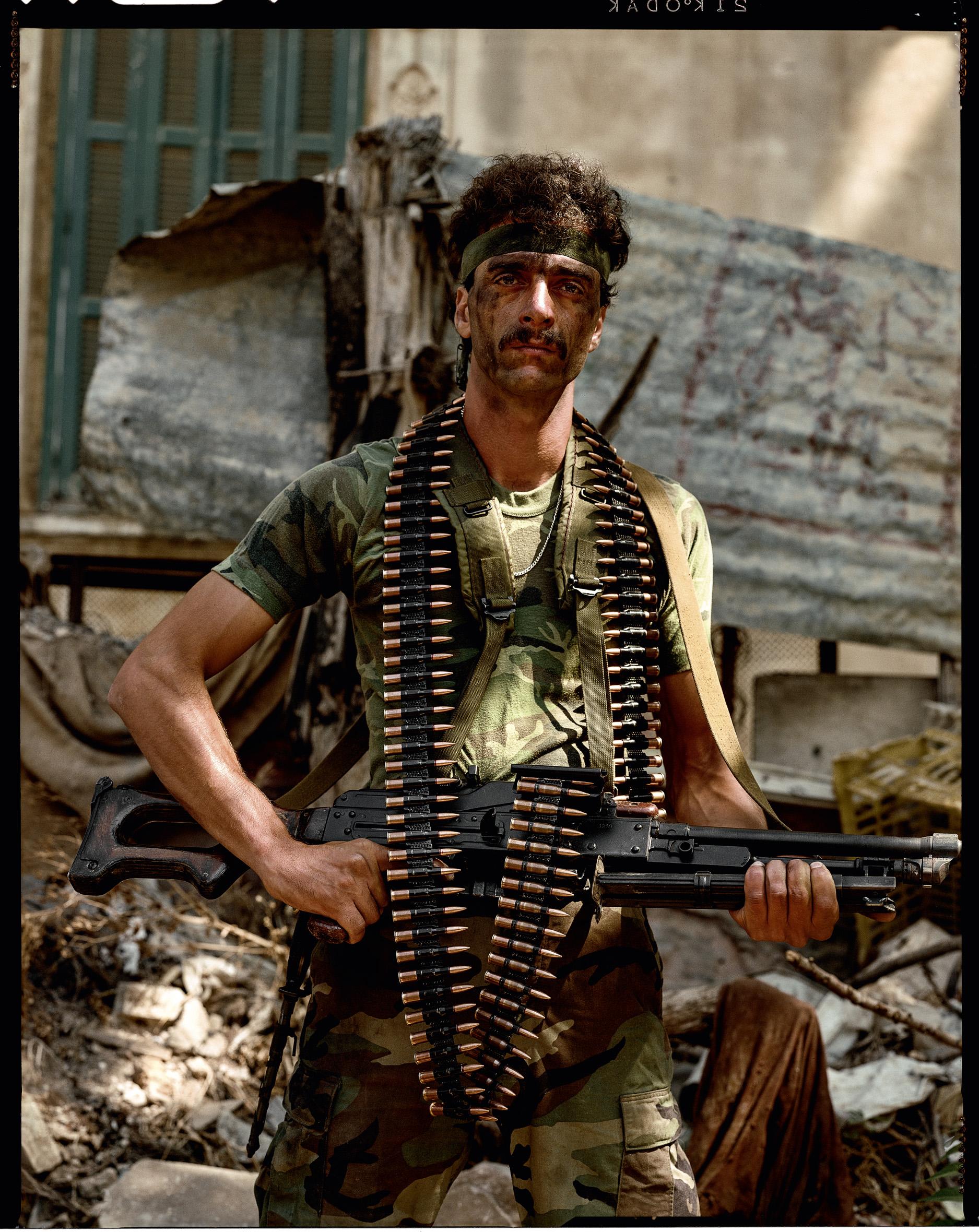 © Yan Morvan.  Mahmud, dit « Godfather », 24 ans, blessé dix-sept fois au combat, chef de groupe et du mouvement chiite Amal. Ses hommes disent de lui qu'il ne recule devant rien. Signe particulier : il possède une moto Suzuki 1100 qu'il conduit à toute vitesse dans Beyrouth la nuit quand il ne combat pas. Secteur Primo.