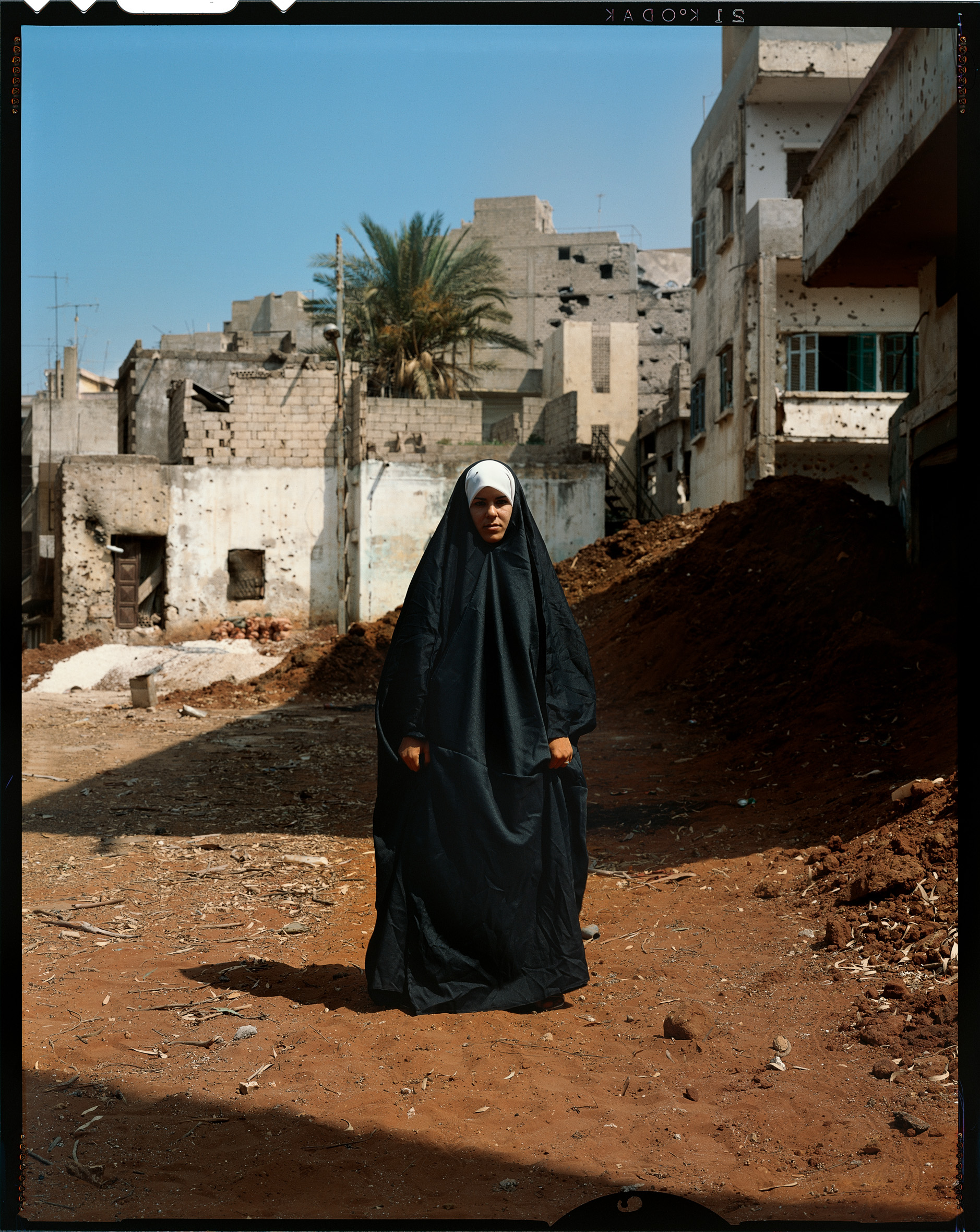 © Yan Morvan.  Le quartier de Chiah est le lieu privilégié des intégristes musulmans de Beyrouth. Les femmes sont obligées de porter le tchador, suivant les règles coraniques dictées par les chiites