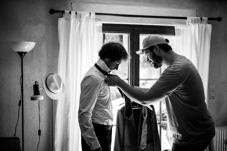 Trauzeuge und Bräutigam beim Getting-Ready