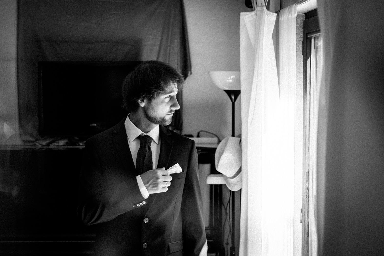 Bräutigam in schickem Anzug freut sich auf das Ja-Wort