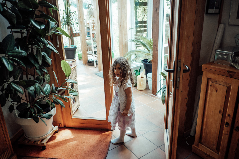 Das süße Blumenmädchen ist bereit zur Kirche zu fahren