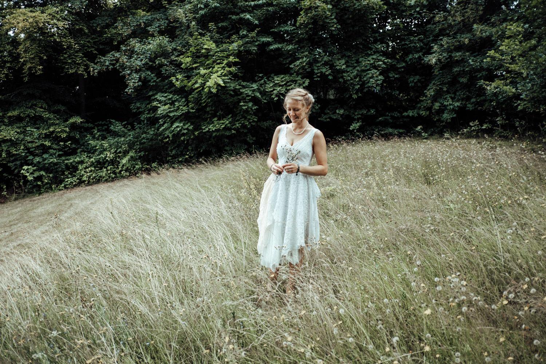 Braut in tollem selbst gemachten Hochzeitskleid bei Shooting in der Natur
