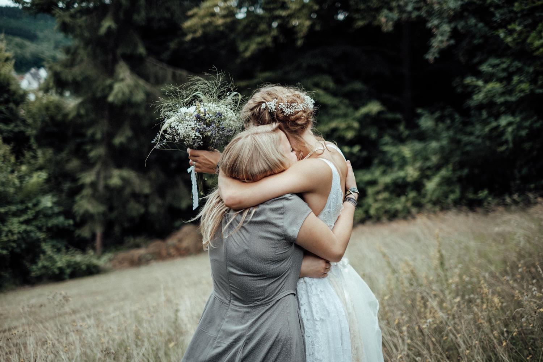 Alternative Braut umarmt Freundin