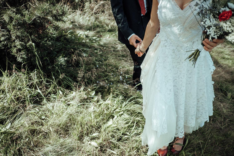 Hochzeitspaar läuft Hand in Hand