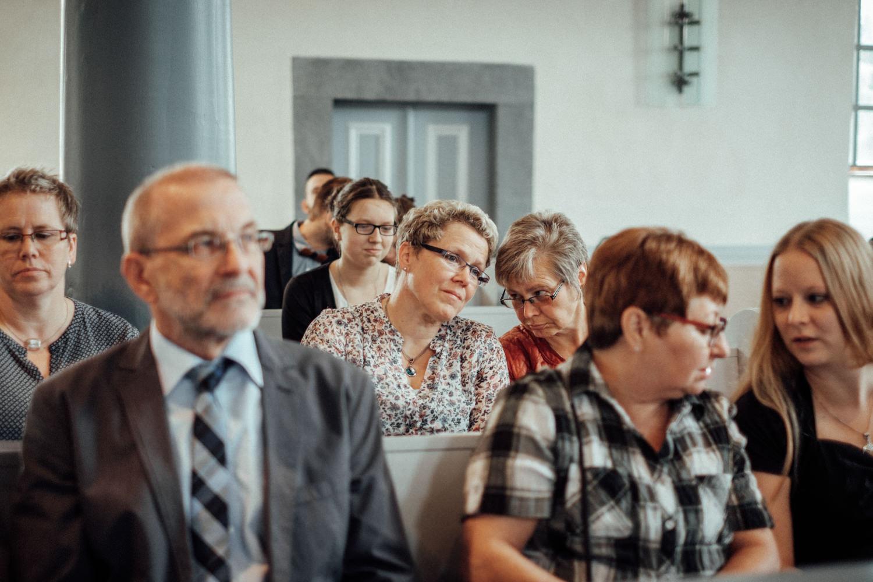 Kirchensaal voll mit Hochzeitsgästen