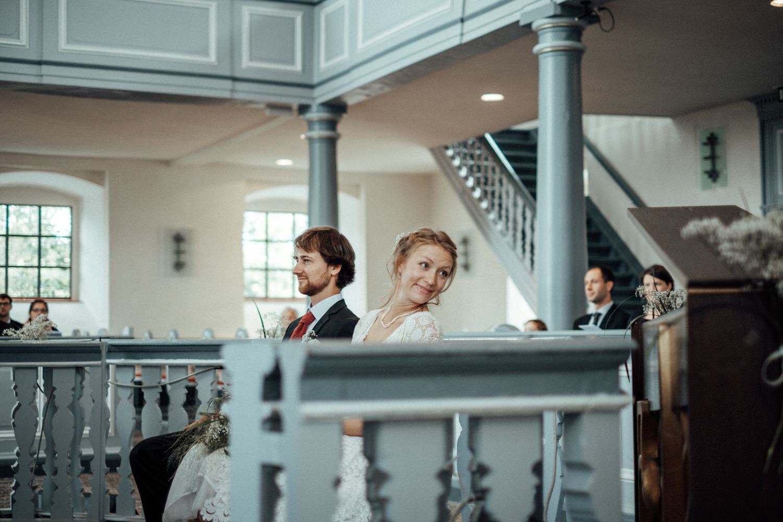 Brautpaar in lichtdurchfluteter Kirche