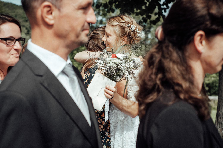 Gratulationen und Übergabe der Geschenke zur Hochzeit