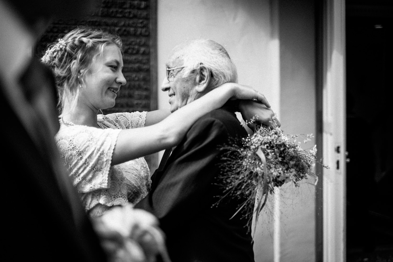 Stolzer Opa gratuliert der Braut zur Hochzeit