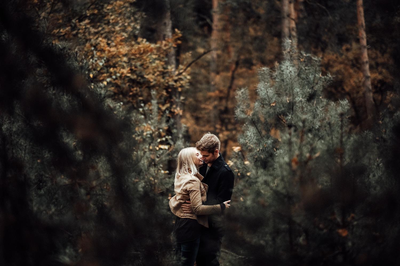 Fotograf-Paarshooting-Natur-Aachen-NRW-Hohes Venn-Hochzeitsfotograf-Verlobungsshooting-Kevin Biberbach-KEVIN Fotografie-Junebug-Hochzeitswahn-Eifel-36.jpg