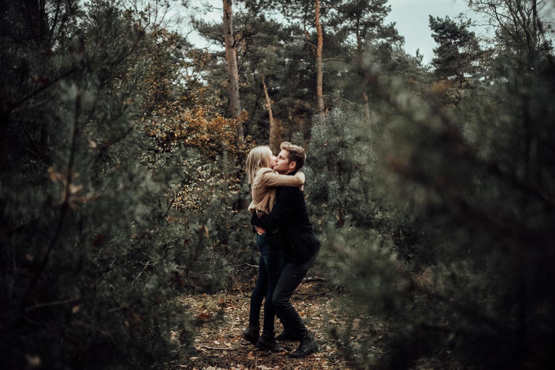 Fotograf-Paarshooting-Natur-Aachen-NRW-Hohes Venn-Hochzeitsfotograf-Verlobungsshooting-Kevin Biberbach-KEVIN Fotografie-Junebug-Hochzeitswahn-Eifel-40.jpg