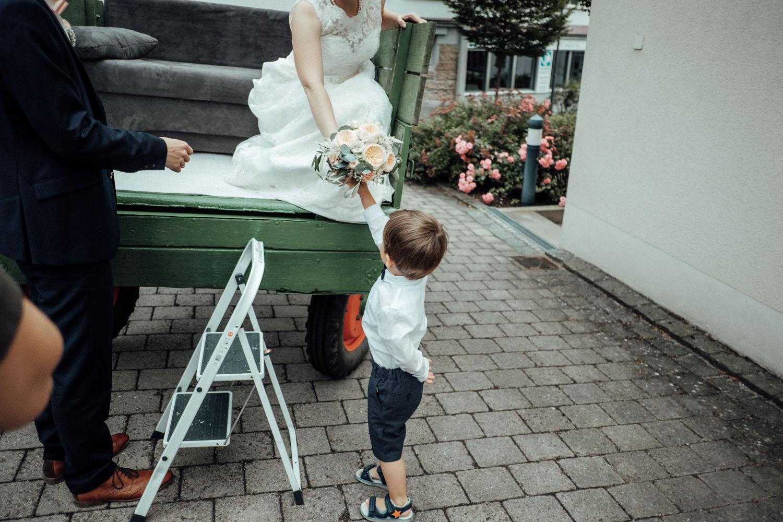 Zelthochzeit-Inspiration-Hochzeitsreportage-natürlich-Hessenhof-Coburg-Oberfranken-Aachen-Hochzeitsfotograf-Kevin Biberbach-KEVIN Fotografie-Junebug-Hochzeitswahn-075.jpg
