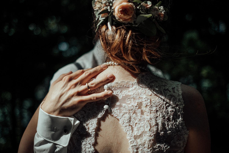Zelthochzeit-Inspiration-Hochzeitsreportage-natürlich-Hessenhof-Coburg-Oberfranken-Aachen-Hochzeitsfotograf-Kevin Biberbach-KEVIN Fotografie-Junebug-Hochzeitswahn-098.jpg