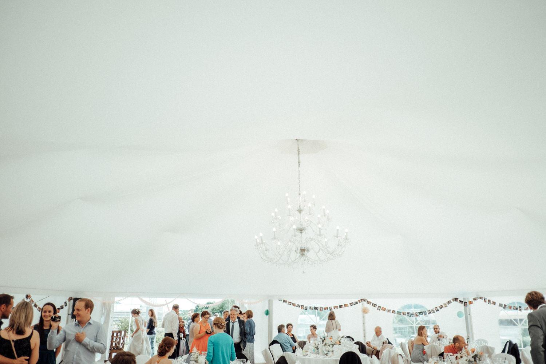 Zelthochzeit-Inspiration-Hochzeitsreportage-natürlich-Hessenhof-Coburg-Oberfranken-Aachen-Hochzeitsfotograf-Kevin Biberbach-KEVIN Fotografie-Junebug-Hochzeitswahn-115.jpg