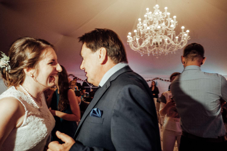 Zelthochzeit-Inspiration-Hochzeitsreportage-natürlich-Hessenhof-Coburg-Oberfranken-Aachen-Hochzeitsfotograf-Kevin Biberbach-KEVIN Fotografie-Junebug-Hochzeitswahn-152.jpg