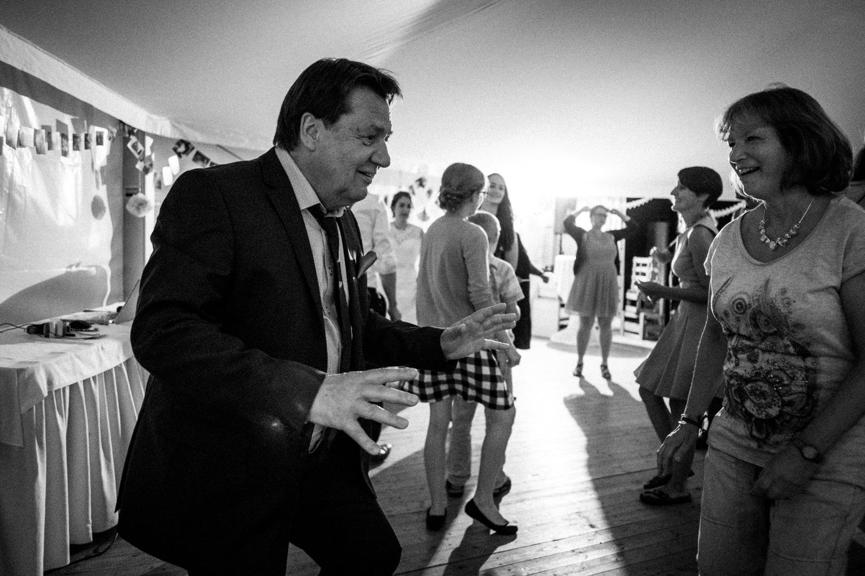 Zelthochzeit-Inspiration-Hochzeitsreportage-natürlich-Hessenhof-Coburg-Oberfranken-Aachen-Hochzeitsfotograf-Kevin Biberbach-KEVIN Fotografie-Junebug-Hochzeitswahn-154.jpg