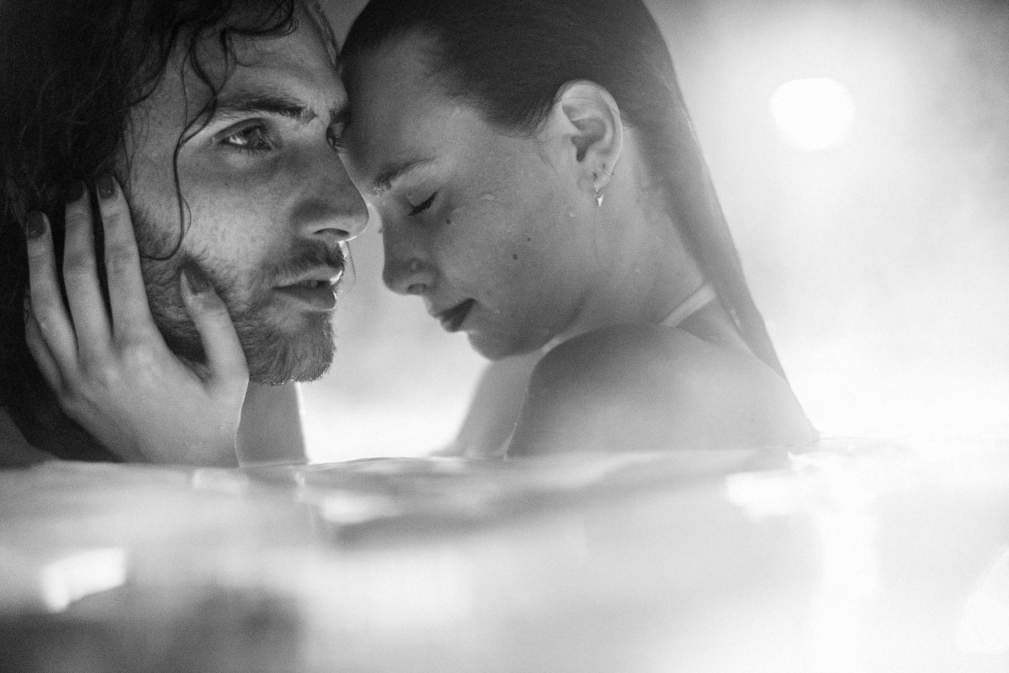 Hochzeitspaar beim Verlobungsshooting Unterwasser im Thermalbad Staffelstein. Intensives Paarshooting im Wasser!