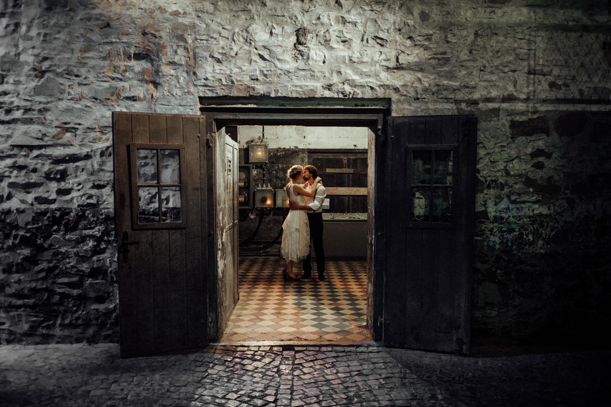 Hochzeit-Aachen-Köln-NRW-Hochzeitsfotograf-Coburg-Hochzeitsfoto-Paarshooting-Komposition-Framing.jpg
