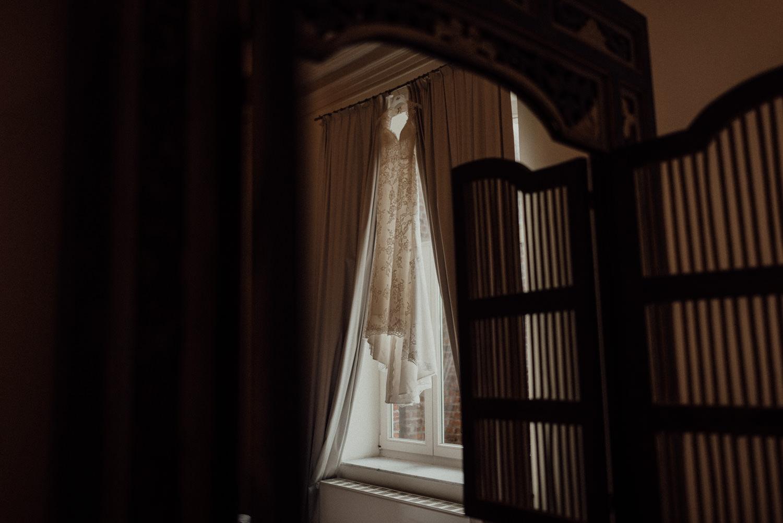 Brautkleid im Fenster hängend beim Getting-Ready