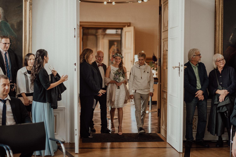 Einlauf der wunderschönen Braut im Standesamt mit ihrem stolzen Vater