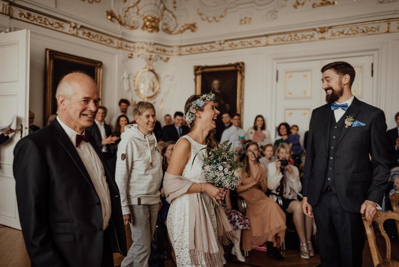 Atemberaubender First-Look des Brautpaares im Standesamt