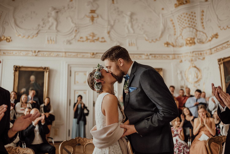 Der erste Kuss als frisch vermähltes Paar im Standesamt
