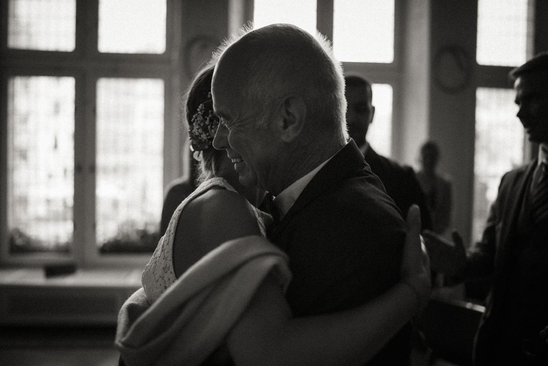 Stolzer Vater gratuliert der frisch vermählten Braut liebevoll zur Hochzeit