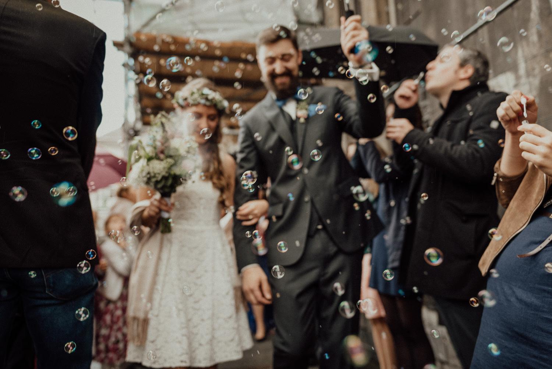 Die wunderbare Hochzeitsgesellschaft macht Seifenblasen anlässlich der Vermählung