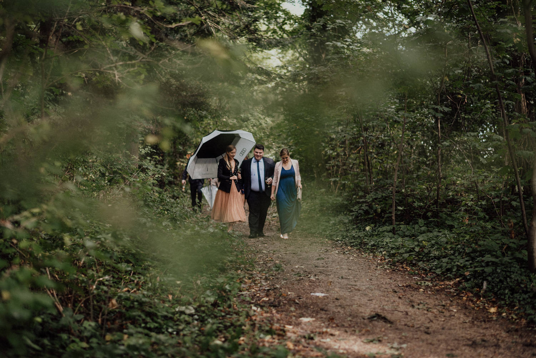 Hochzeitsgäste auf dem Weg zur freien Trauung im Wald nahe Lua Pauline (Aachen, Ruhrgebiet)