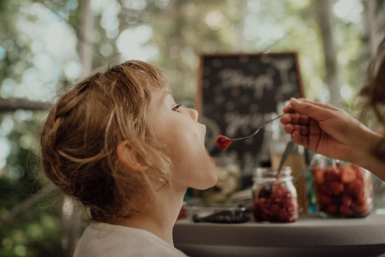 Auch den kleinsten schmeckt die süße Candy-Bar der Waldhochzeit im Lua Pauline in Aachen