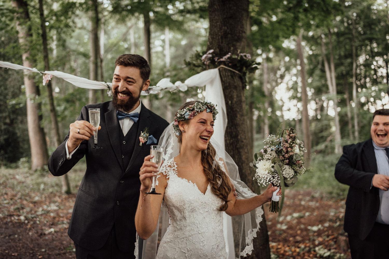 Überglückliches Brautpaar nach freier Trauung im Wald nahe dem Lua Pauline bei Aachen/Köln