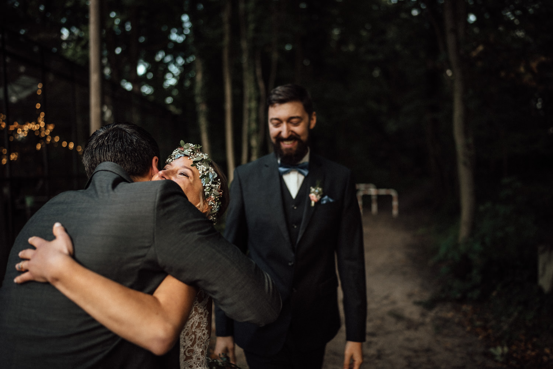 Hochzeitsreportage-NRW-Waldhochzeit-Lua Pauline-Aachen-Hochzeitsfotograf-freie Trauung-Köln-NRW-Bonn-Top-Hochzeitsfotografen-natürliche Bilder-Heiraten im Grünen-Kevin Biberbach-KEVIN Fotografie-098.jpg