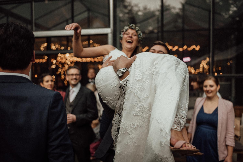 Hochzeitsreportage-NRW-Waldhochzeit-Lua Pauline-Aachen-Hochzeitsfotograf-freie Trauung-Köln-NRW-Bonn-Top-Hochzeitsfotografen-natürliche Bilder-Heiraten im Grünen-Kevin Biberbach-KEVIN Fotografie-105.jpg
