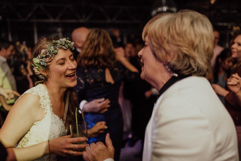 Hochzeitsreportage-NRW-Waldhochzeit-Lua Pauline-Aachen-Hochzeitsfotograf-freie Trauung-Köln-NRW-Bonn-Top-Hochzeitsfotografen-natürliche Bilder-Heiraten im Grünen-Kevin Biberbach-KEVIN Fotografie-133.jpg
