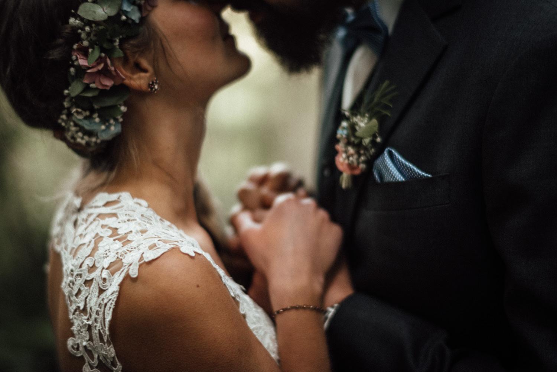 Hochzeitsreportage-NRW-Waldhochzeit-Lua Pauline-Aachen-Hochzeitsfotograf-freie Trauung-Köln-NRW-Bonn-Top-Hochzeitsfotografen-natürliche Bilder-Heiraten im Grünen-Kevin Biberbach-KEVIN Fotografie-001-6.jpg