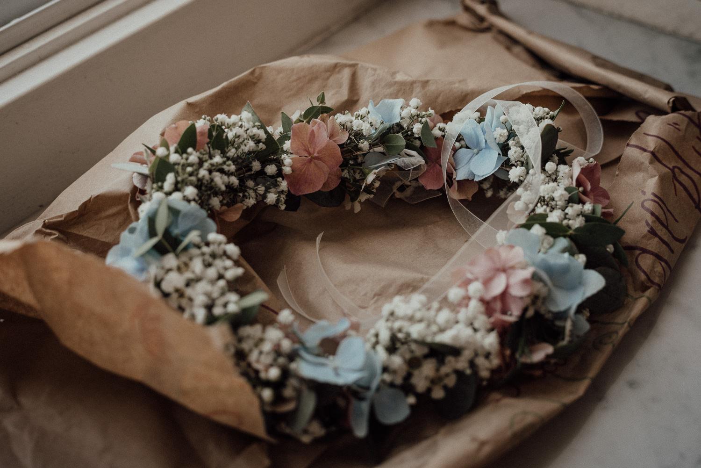 Blumenkranz der Braut beim Getting-Ready