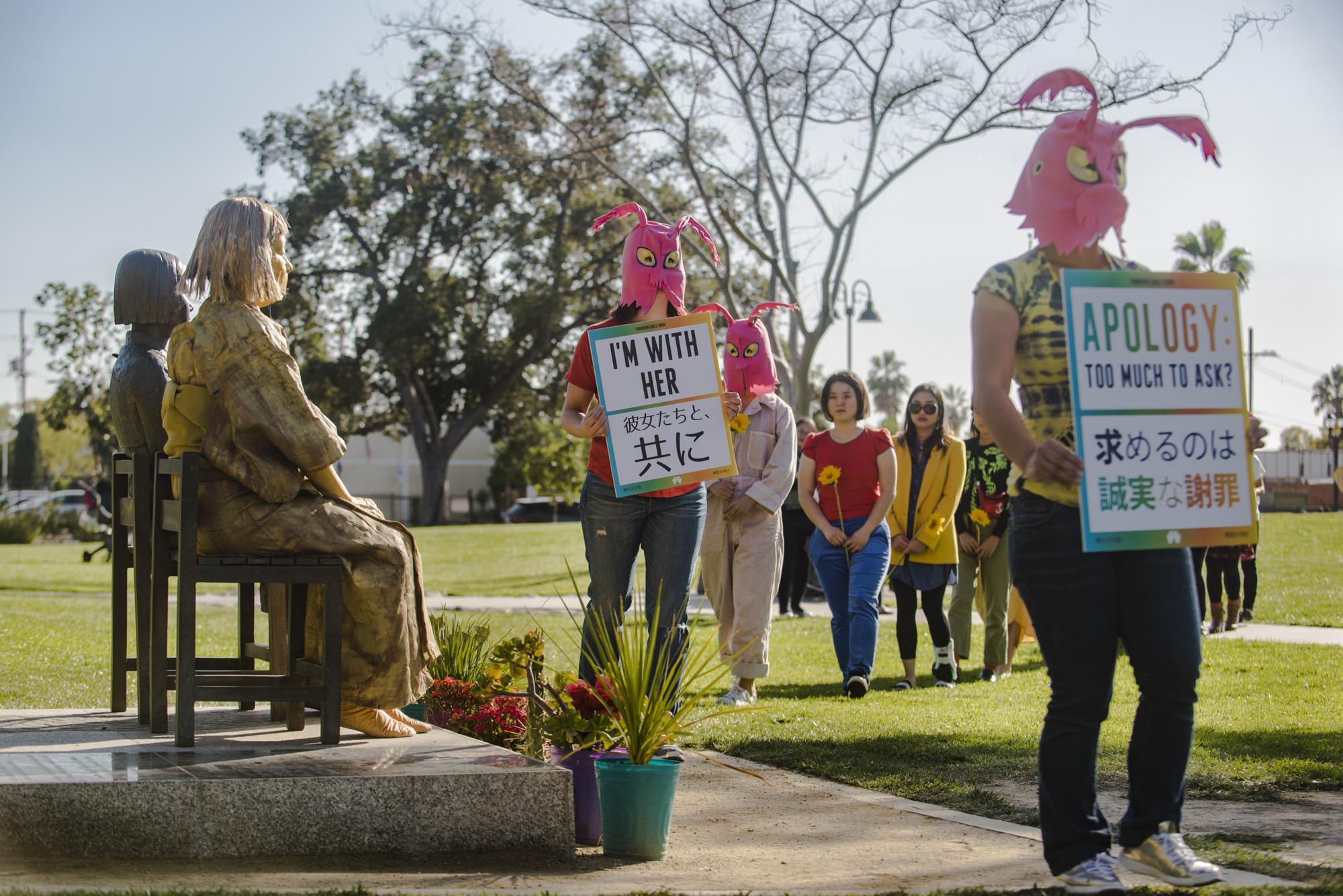 망각에 저항한다 - 엘에이  글렌데일의 평화의 기념비 (소녀상) 앞에서 일본의 페미니스트 미술가 시마다 요시코씨와 협업한 퍼포먼스 작품