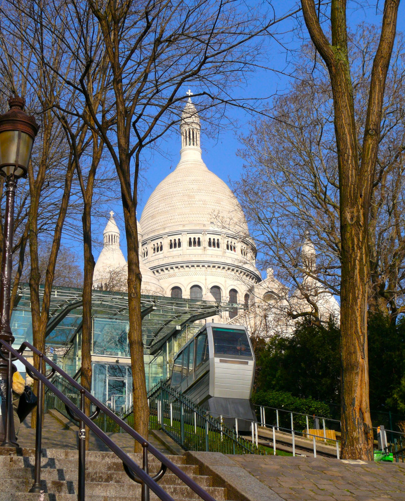 The funicular at it's rise to the church of Sacré Coeur Basilica