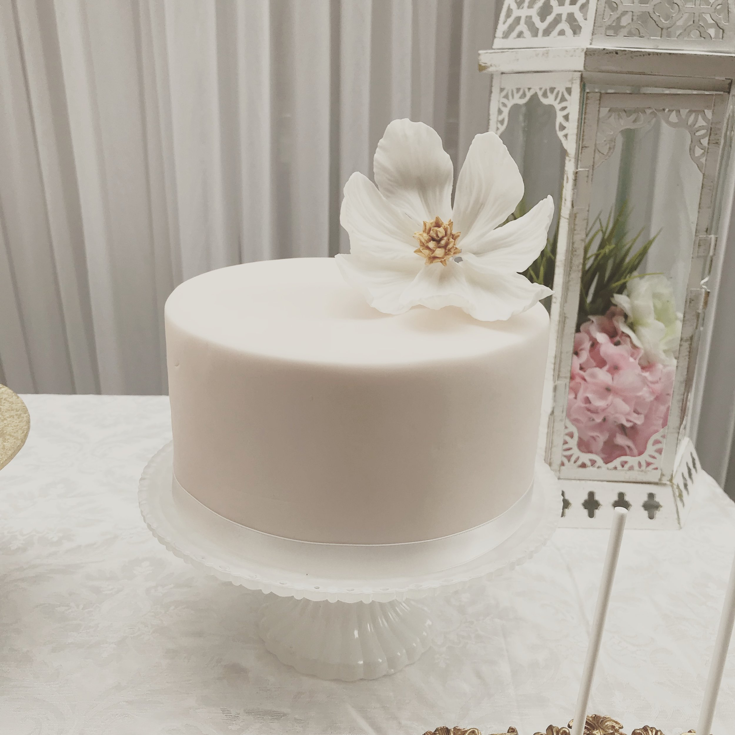 The 1920's inspiration on this wedding cake shows that simplicity can emphasise elegance.