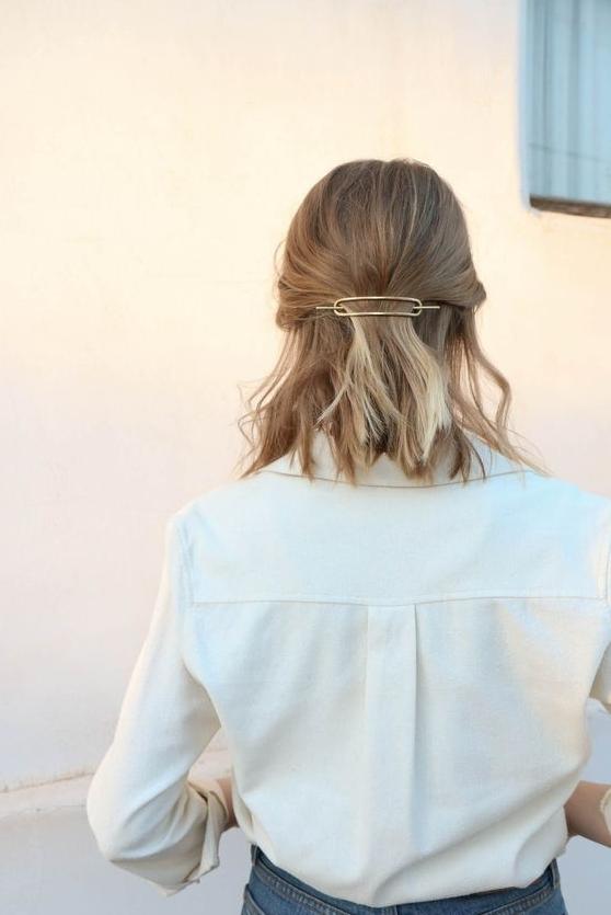 La barrette minimaliste, l'accessoire parfait pour facilement changer son look. IMAGE: PINTEREST