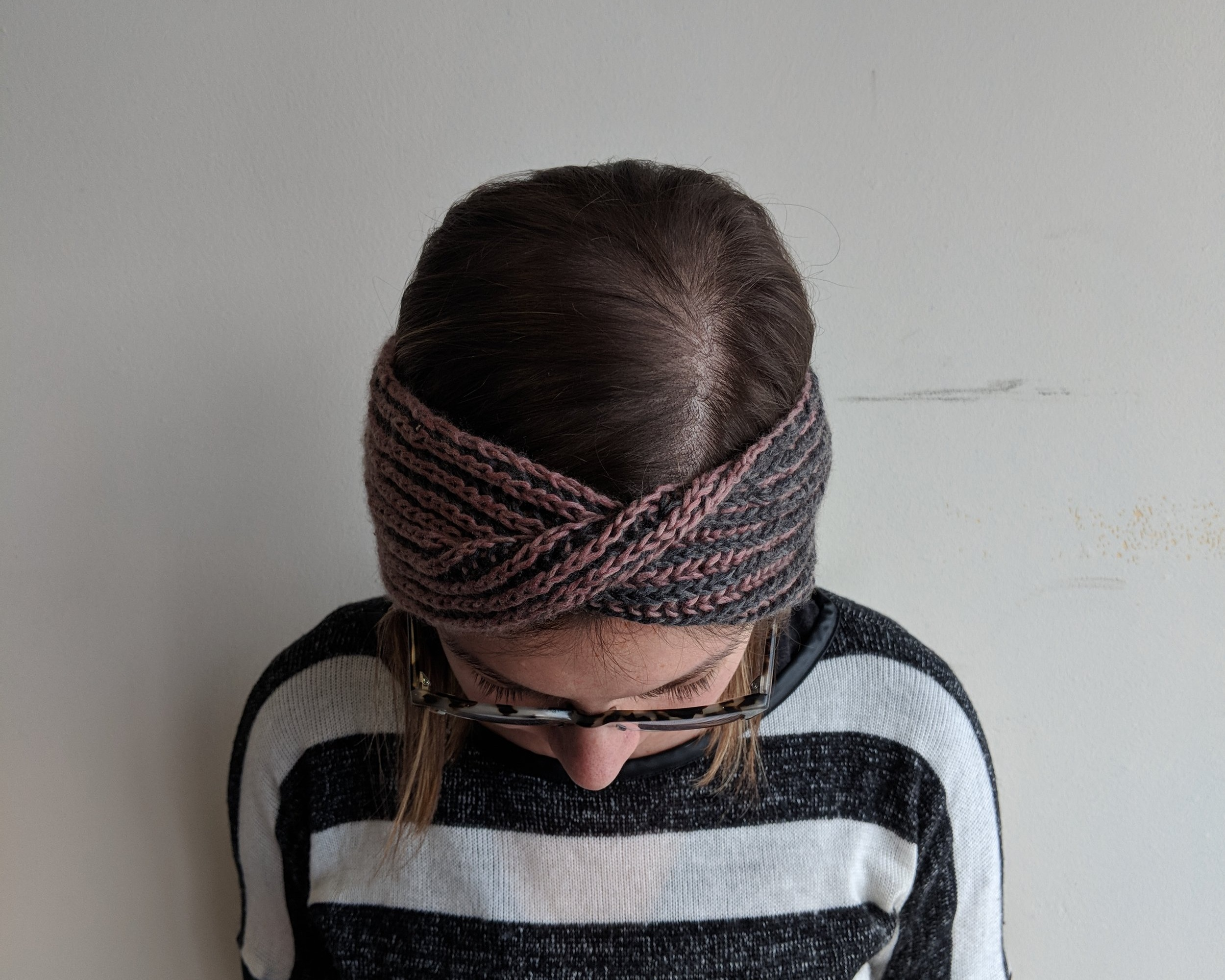 Hot cross bun band - I designed the Hot Cross Bun Band to show off the reversibility of simple two color brioche. This headband also makes a great project for those just jumping into to brioche knitting.Ellen Coy - Ellen Rose Knits#hotcrossbunband #ellenroseknits