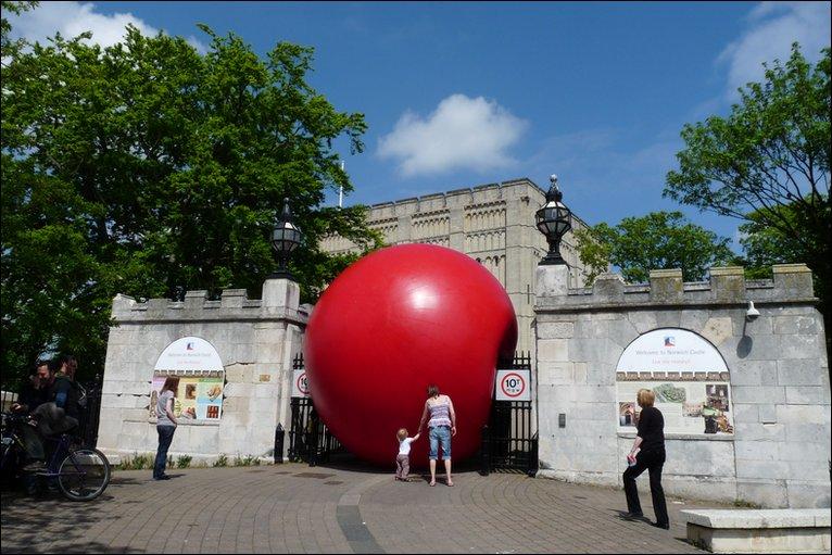 _47889336_red_ball_castle.jpg
