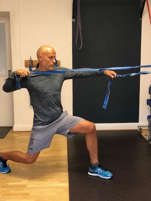 I utfallsposition aktivera rumpa, höft och ben också- snacka om bonus!