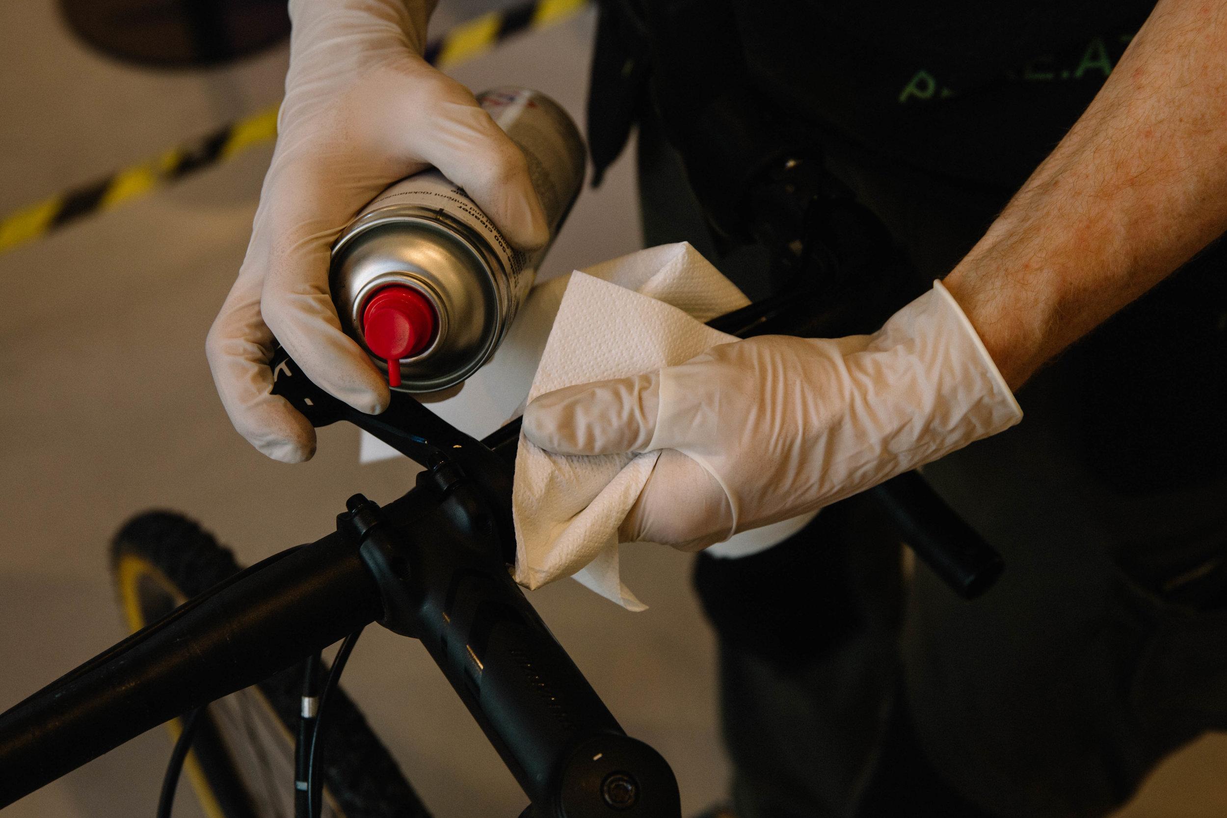 Mit Bremsenreiniger und Küchenrolle gehen diese Überreste schnell und einfach ab. Bei der Verwendung von Bremsenreiniger unbedingt Einmalhandschuhe verwenden, der Reiniger ist zwar nicht ätzend, trocknet die Hände aber extrem aus.
