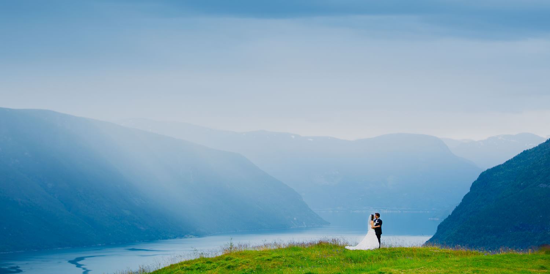 Foto:  Jan Ivar Vik . Overskyet vær og regnbyger kan skape fantastisk stemning i bryllupsbildene deres. Her fra et  bryllup i Sogn .
