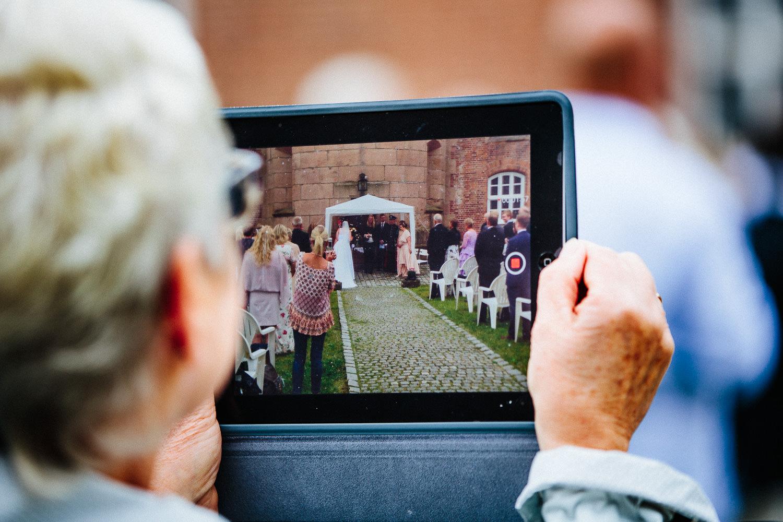 Til og med store iPad-er blir brukt til å fotografere med under vielser.
